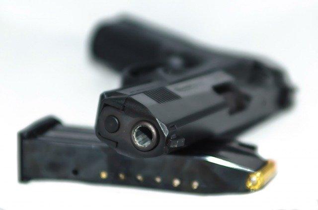הוצאת רישיון נשק, חידוש רישיון ותנאים לביטול רישיון בהתאם לחוק כלי ירייה