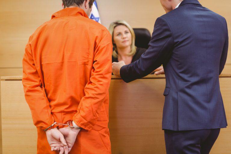עורך דין מייצג נאשם בבית המשפט